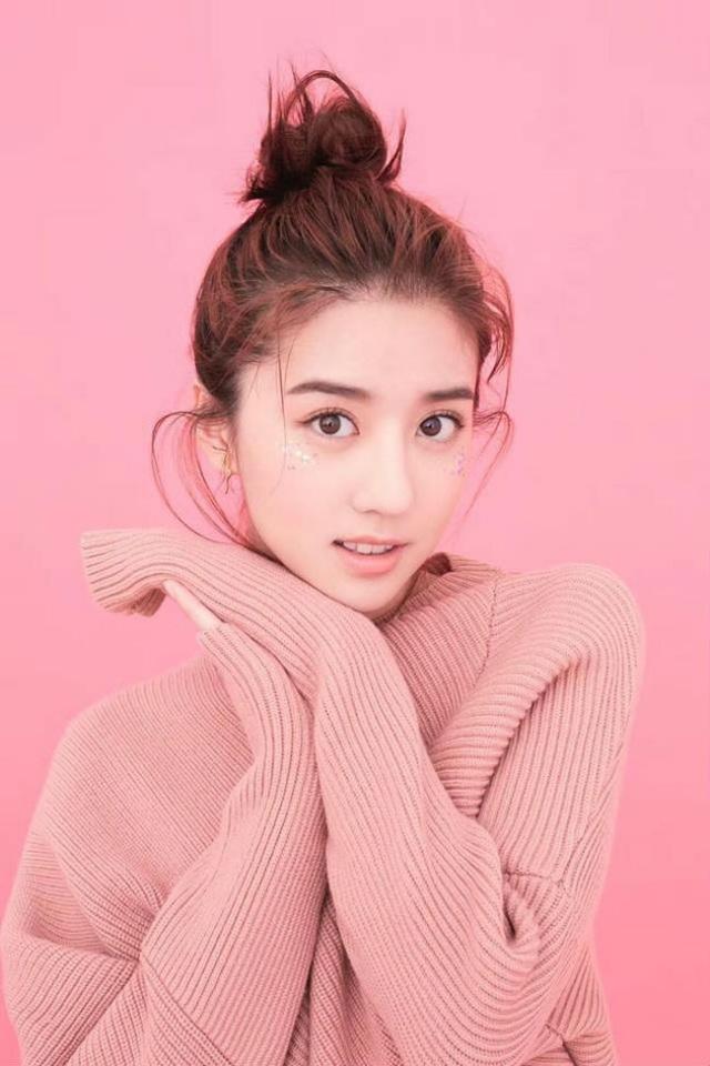Nhất là sau khi cô lọt vào mắt xanh của ông chủ Apple, là người mẫu hiếm hoi vinh dự đóng quảng cáo cho hãng điện tử lừng danh nay. Một điều mà rất hiếm người mẫu châu Á vinh dự có cơ hội.