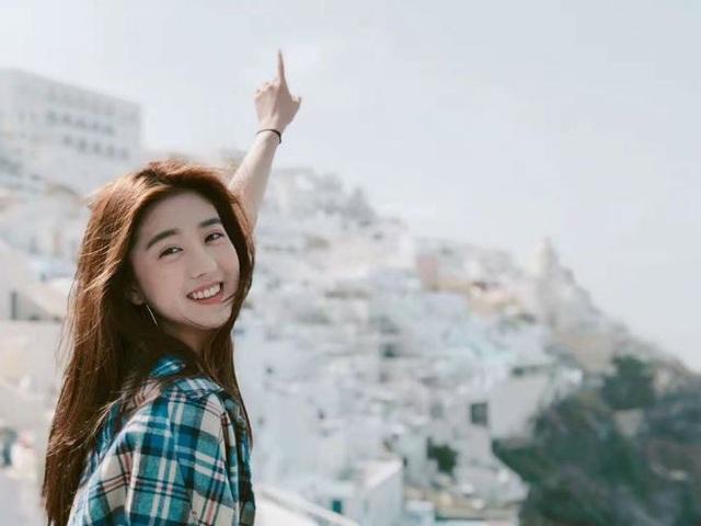 14 tuổi, nhà tạo mẫu tóc nổi tiếng là Addy Lee nhận làm cha đỡ đầu và giúp cô dần dần bước vào giới showbiz Trung Quốc với vai trò là một người mẫu ảnh, người mẫu đóng quảng cáo.