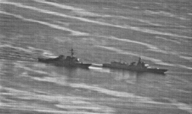 Hình ảnh ghi lại cảnh tàu Trung Quốc (bên phải) thực hiện hành động áp sát nguy hiểm tàu Mỹ trên Biển Đông (Ảnh: US Navy)