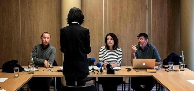Bà Grace phát biểu tại họp báo nhưng quay lưng về phía các phóng viên (Ảnh: AFP)