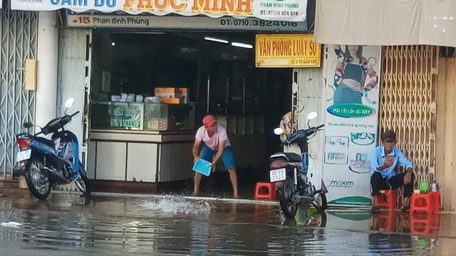 Nước tràn nhà người dân trên đường phố Phan Đình Phùng, quận Ninh Kiều