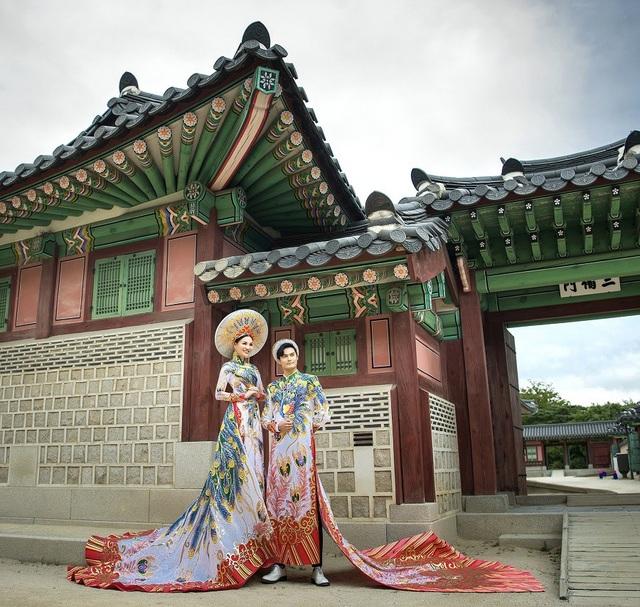 Nữ Hoàng Trần Huyền Nhung và Nam Vương Quốc tế diện quốc phục nặng ký sánh bước bên nhau. - 2