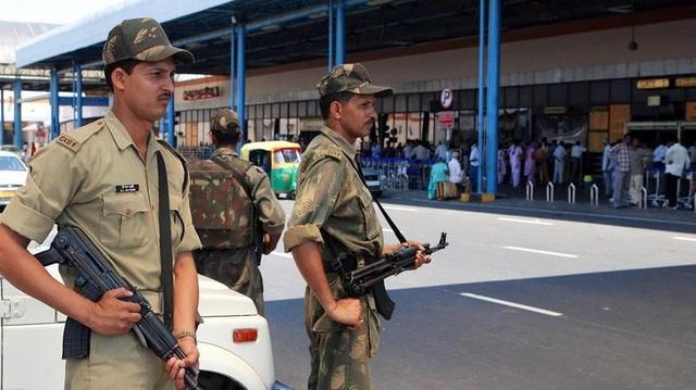 Cảnh sát sân bay bị... cấm cười tươi với du khách - 2