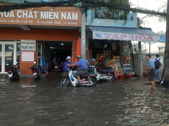 Nước ngập phố nên cuộc sống của nhiều người dân bị xáo trộn