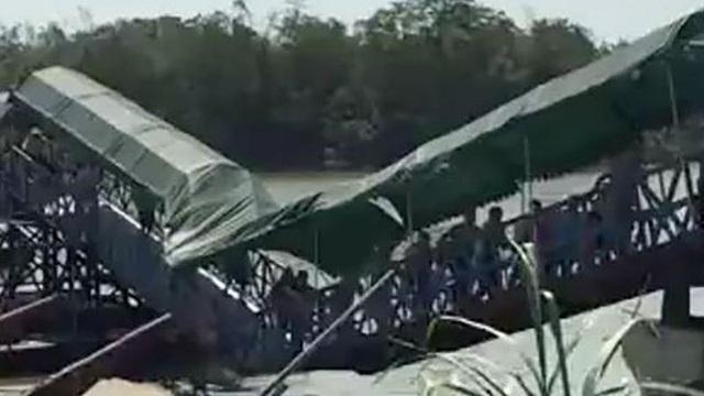 Cận cảnh cây cầu sắt gãy làm đôi vì lượng khách quá đông