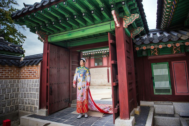 Nữ Hoàng Trần Huyền Nhung và Nam Vương Quốc tế diện quốc phục nặng ký sánh bước bên nhau. - 9