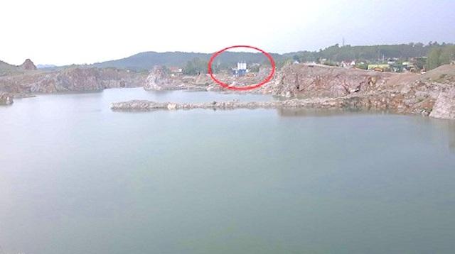 Trạm trộn bê tông Xuân Hùng nằm trên một phần đất mỏ đá Lèn Chùa đã bị đóng cửa mỏ do vi phạm nghiêm trọng trong quá trình khai thác. Đặc biệt là khoét sâu nham nhở xuống lòng núi hàng chục mét.