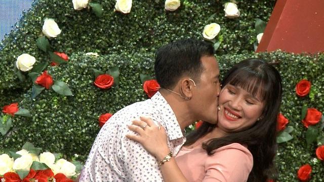 Nụ hôn nóng bỏng của cặp đôi trên sân khấu khi mà chưa bấm nút hẹn hò