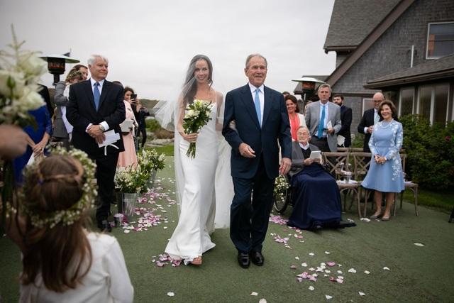 Cựu Tổng thống Bush đã chia sẻ trên mạng xã hội Instagram bức ảnh ông dắt tay con gái tiến vào khu vực cử hành nghi lễ kết hôn trước sự chứng kiến của các thành viên trong gia đình.