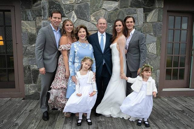 Vợ chồng cựu Tổng thống Bush chụp ảnh cùng hai con gái, hai con rể và hai cháu gái trong đám cưới của Barbara.