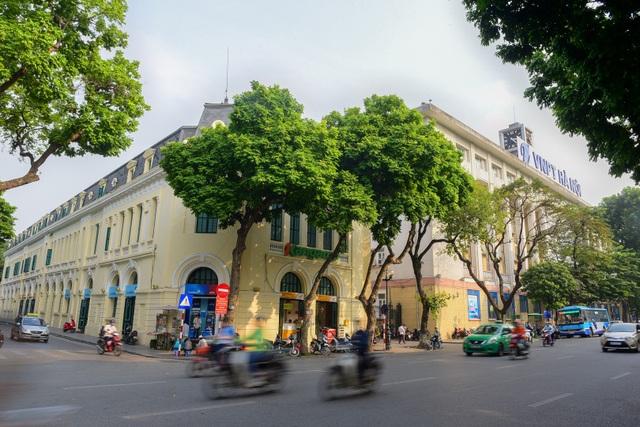 Tòa nhà đầu tiên của Sở bưu điện Hà Nội do kiến trúc sư Henri Vildieu thiết kế và xây dựng vào các năm 1893 – 1899 theo phong cách kiến trúc tân cổ điển. Mặt chính của tòa nhà trông ra phố Lê Thạch.
