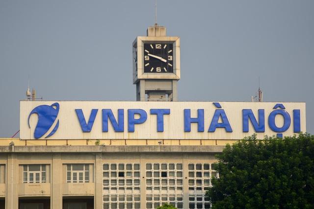 Năm 1976, tòa nhà bưu điện mới được xây dựng, là tòa nhà chính của Bưu điện Hà Nội hiện tại. Công trình được xây dựng theo kiểu kiến trúc hiện đại, có 5 tầng, quy mô bề thế, mặt tiền chạy dọc theo bờ hồ Hoàn Kiếm.