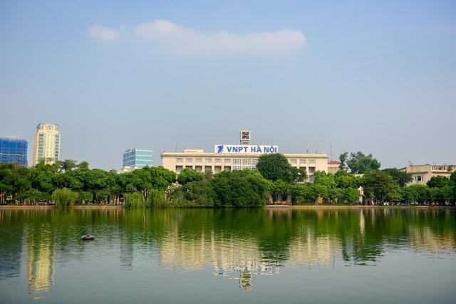 Bưu điện Hà Nội ở 75 Đinh Tiên Hoàng, thuộc quận Hoàn Kiếm (Hà Nội), nằm ở phía Đông hồ Hoàn Kiếm nên người dân thường gọi là Bưu điện Bờ Hồ. Năm 1946, nơi đây là một trong những trận địa chống Pháp quyết liệt của các chiến sĩ Thủ đô và công nhân Nhà Bưu điện.