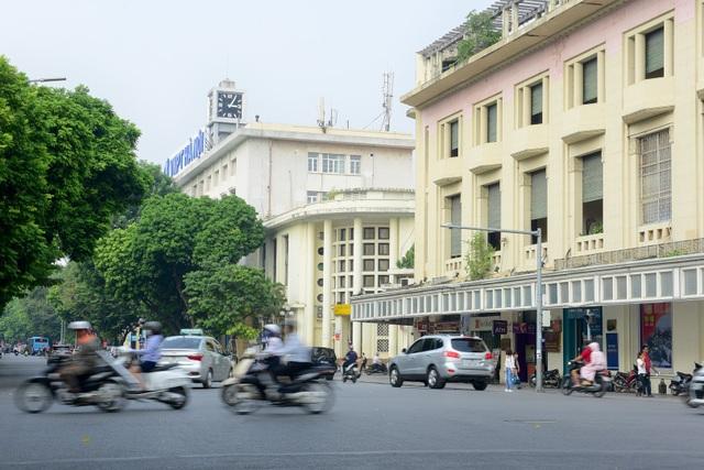 Năm 1943, Sở Bưu điện Hà Nội xây dựng thêm một tòa nhà mới nằm ở góc phố Đinh Lễ. Tòa nhà này do kiến trúc sư Henri Cerutti thiết kế.