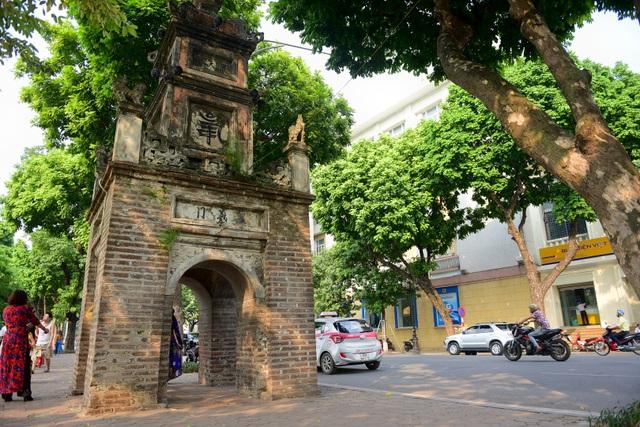 Nằm đối diện, dấu tích duy nhất còn lại của chùa Báo Ân là tháp Hòa Phong.