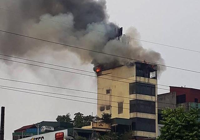 Khói, lửa bốc lên dữ dội tại tầng tum của tòa nhà.