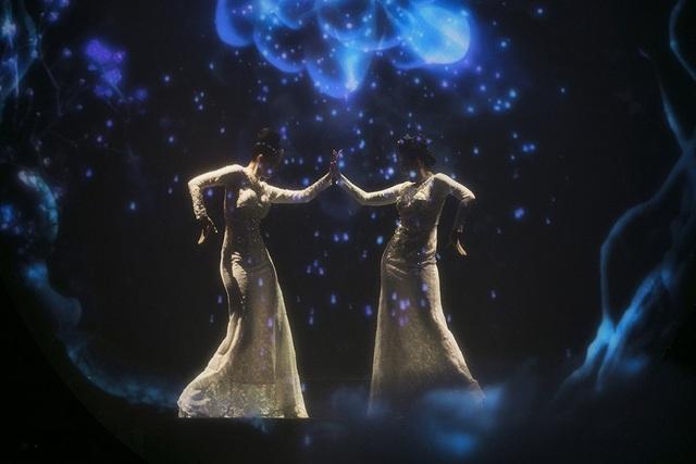 Hoa hậu Hoàn vũ Riyo Mori cũng khiến khán giả mãn nhãn với phần múa kết hợp cùng nghệ sĩ Linh Nga trong tiết mục Vũ khúc dưới ánh trăng. Phần biểu diễn được dàn dựng công phu, kết hợp với ánh sáng đã tạo nên một phần trình diễn hút hồn người xem qua từng động tác uyển chuyển.