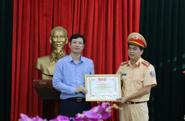 Bí thư Tỉnh đoàn Thanh Hóa tặng bằng khen cho Đại úy Lê Đăng Giang.