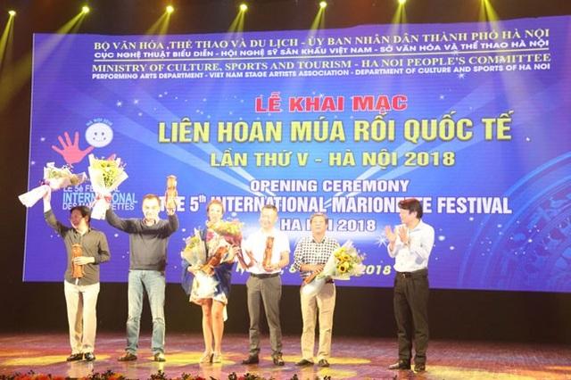 Quyền Cục trưởng Cục Nghệ thuật biểu diễn Nguyễn Quang Vinh trao hoa và lưu niệm cho Hội đồng nghệ thuật.