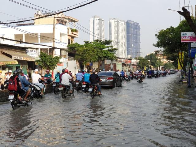 Đến hơn 7h sáng, đường Huỳnh Tấn Phát vẫn còn ngập lênh láng