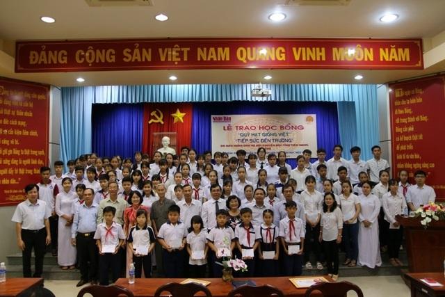 Sinh viên, học sinh nhận học bổng chụp ảnh lưu niệm với đại biểu.