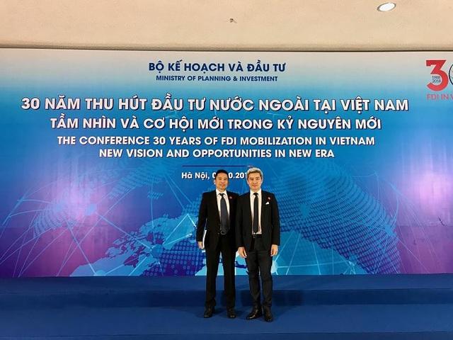 Ông Renato T.Salud – Phó Chủ tịch Cấp cao JG Summit Holdings và ông Laurent Levan – Chủ tịch & TGĐ URC Việt Nam tại hội nghị