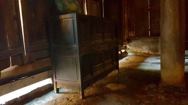 Trước đây chiếc chạn bát này được kê dưới bếp nhưng hiện nay gia chủ đặt trong nhà chính cho du khách tiện tham quan.