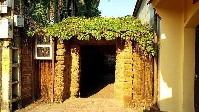 Cổng nhà được xây bằng đá ong. Ông Hùng cho biết: Khi làm nhà, đàn ông trong mỗi gia đình thường đi đào những tảng đá ong nằm sâu dưới lòng đất, về cắt xén thành bản vuông xếp chồng lên nhau, sau đó lấy bã trấu, bùn để tạo chất kết dính.