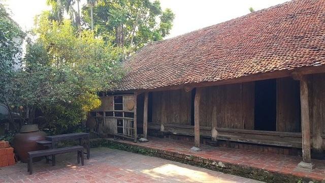 Ngôi nhà chính được kết cấu theo kiểu 5 gian 2 dĩ. 3 gian giữa là nơi để thờ cúng tổ tiên, bên cạnh bài trí bộ trường kỷ dùng để tiếp khách. 2 gian bên cạnh dùng làm phòng để ngủ.