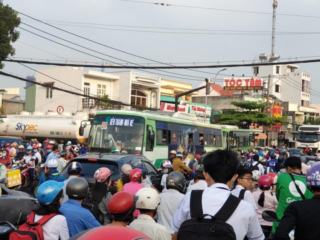 Giao thông kẹt cứng trên đường Huỳnh Tấn Phát hướng Nhà Bè về quận 7