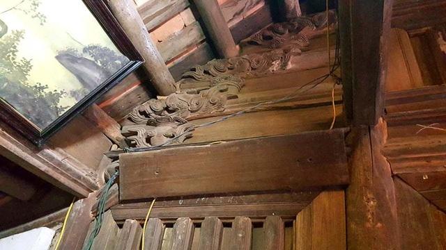 Hệ thống vì, kèo bằng gỗ được chạm trổ hoa văn rồng tinh xảo.