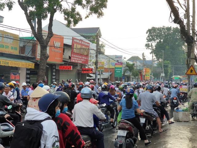 Người dân tránh ngập trên đường Huỳnh Tấn Phát nên đổ dồn về đường Phạm Hữu Lầu khiến tuyến đường này kẹt cứng.