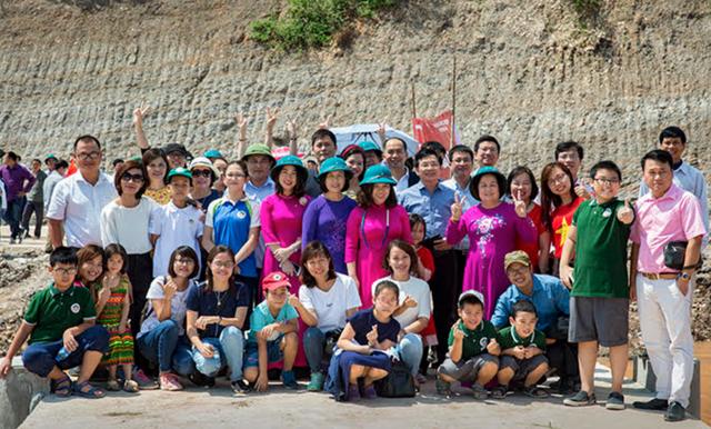 Ảnh tập thể học sinh, giáo viên và phụ huynh trường Ngôi Sao Hà Nội tham dự lễ khánh thành