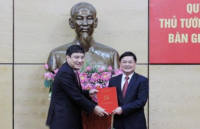 Thừa uỷ quyền của Bộ Chính trị và Thủ tướng Chính phủ, Bí thư Tỉnh uỷ Nguyễn Đắc Vinh trao các Quyết định cho ông Thái Thanh Quý - tân Chủ tịch UBND tỉnh Nghệ An.