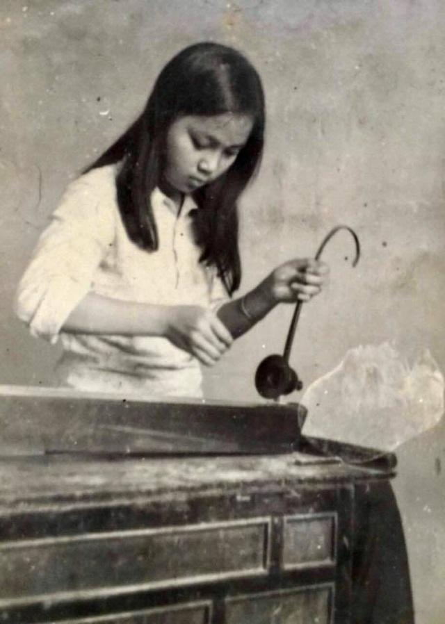 NSND từng theo học đàn bầu tại trường Âm nhạc Việt Nam nhưng sau đó lại học tiếp thanh nhạc.