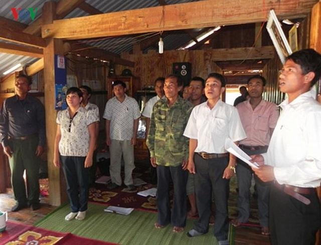 Một buổi lễ kết nạp đảng viên tại Chi bộ bản A Sau, xã A Vao, huyện Đakrông, tỉnh Quảng Trị.