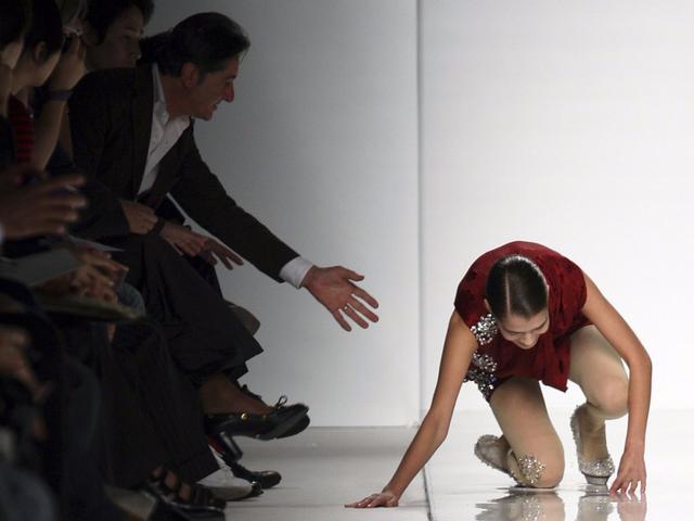 Người mẫu trượt ngã trong một show trình diễn ở Milan 2009.