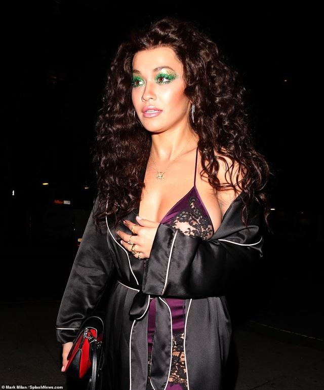 Rita Ora gợi cảm hóa thân vào vai diễn Alexandra Medford của diva Cher trong phim The Witches Of Eastwick