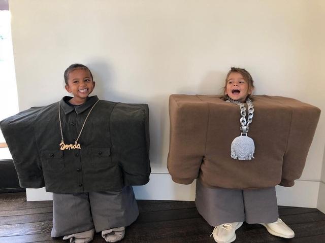 Kourtney Kardashian cũng hé lộ hình ảnh con và cháu trong tiệc Halloween