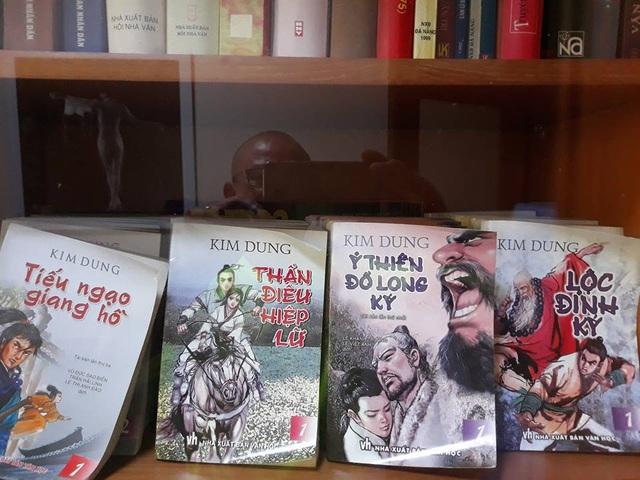 Những tác phẩm gắn với tên tuổi Kim Dung trong tủ sách của nhà văn Phạm Ngọc Tiến.