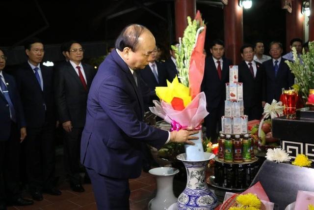 Thủ tướng Chính phủ dâng hương hoa lên anh linh 13 Anh hùng Liệt sĩ TNXP Truông Bồn.