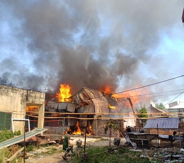 Hiện trường đám cháy xảy ra tại xưởng chế biến gỗ trên địa bàn huyện Hoài Đức (Ảnh: CTV)
