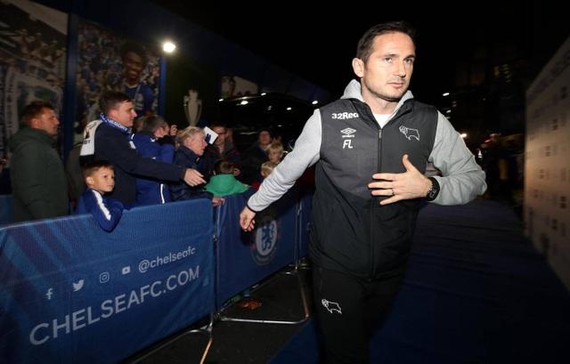 Lampard trở lại Chelsea lần đầu tiên với tư cách một huấn lyện viên. Cầu thủ người Anh từng đeo băng đội phó của Chelsea, anh là một trong những trụ cột của The Blues trong giai đoạn 2001-2014