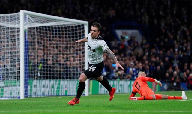 Tuy nhiên, hàng thủ của Chelsea chơi không ổn, họ cũng không thể ngăn chặn các đợt tấn công của Derby. Phút 9, Marriott đã xuyên thủng mành lưới của Chelsea quân bình tỉ số 1-1