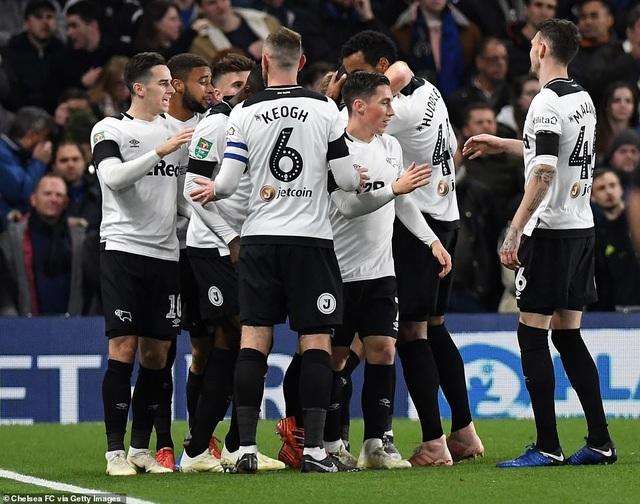 Niềm vui của các cầu thủ đội khách với bàn thắng gỡ hòa từ rất sớm