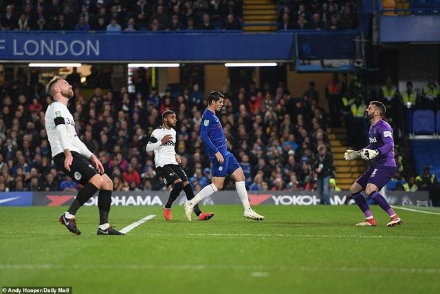 Vận đen như ám hẳn vào Derby, phút 21 lại là một pha phản lưới nhà đầy vô duyên. Lần này tới đội trưởng Keogh để bóng bật ra từ cú căng ngang của Zabacosta