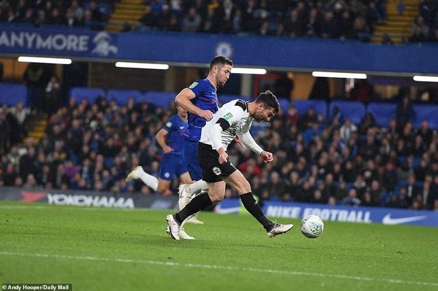 Nugent dứt điểm ở phút 90, anh đánh bại tất cả các cầu thủ Chelsea nhưng không thắng được cột dọc