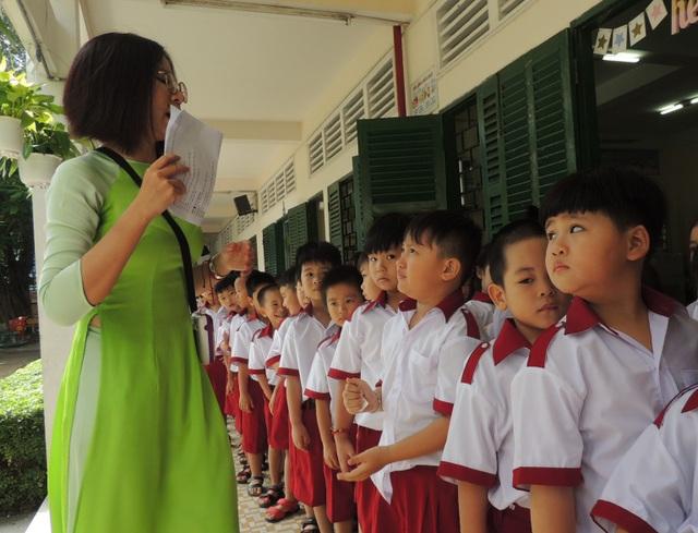 Đồng lương thấp, nhiều giáo viên trẻ gặp thách thức khi bám trụ với nghề giáo. (Ảnh minh họa)