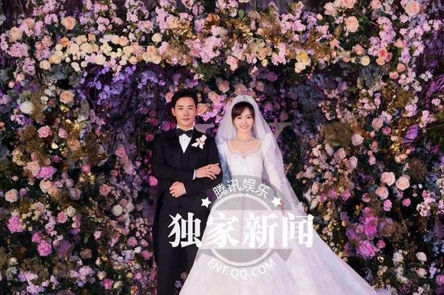 Đường Yên hóa thân thành nàng công chúa xinh đẹp và ngọt ngào trong tiệc cưới. Cô sánh đôi cùng chú rể La Tấn trong ngày trọng đại.
