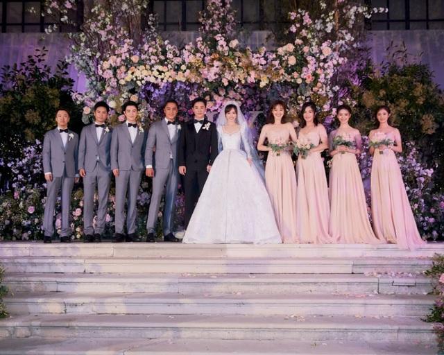 Cặp đôi nổi tiếng của mành ảnh Hoa ngữ chụp ảnh cùng dàn phù dâu và phù rể. Cặp đôi công khai tình cảm vào năm 2016 sau 2 năm hò hẹn bí mật.